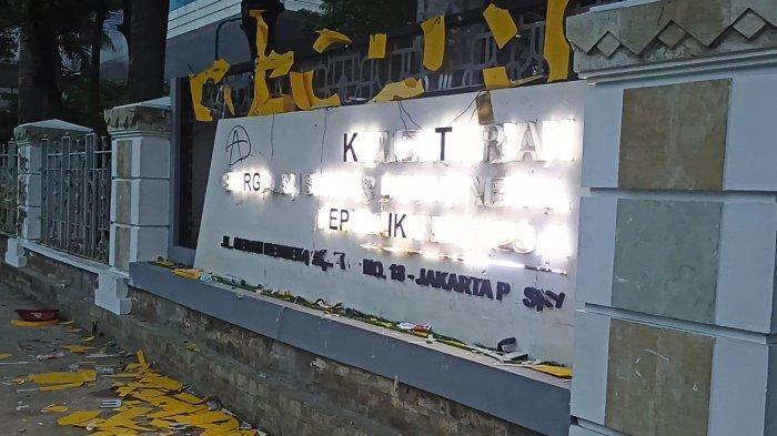 Kantor Kementerian ESDM di Jalan Medan Merdeka Selatan, Jakarta Pusat, dirusak massa aksi tolak UU Cipta Kerja, Kamis (8/10/2020).