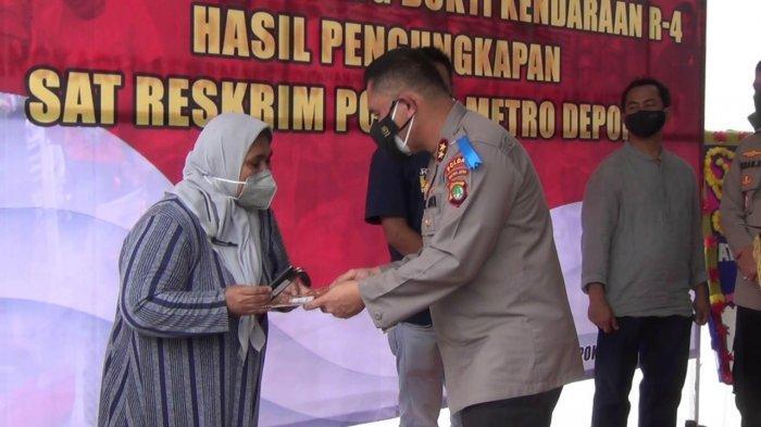 Kapolda Metro Jaya, Irjen Pol Fadil Imran, melakukan simbolis penyerahan mobil kasus penggelapan kepada pemiliknya di Polres Metro Depok, Senin (20/9/2021).