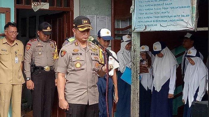 Kapolres Gresik, AKBP Wahyu Sri Bintoro bertindak sebagai pembina upacara di SMPN PGRI Wringinanom, Kabupaten Gresik, Senin (11/2/2019).