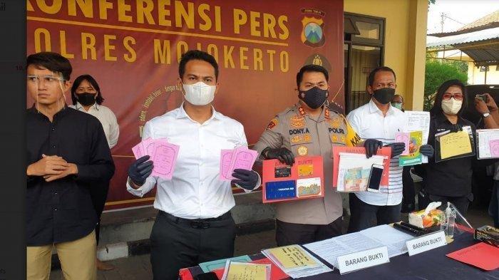 Kapolres Mojokerto, AKBP Dony Aleksander membeberkan barang bukti kejahatan penipuan berkedok arisan fiktif, SENIN (24/5/2021)