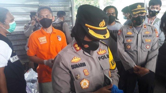Kapolres Subang AKBP Sumarni saat meninjau lokasi penemuan mayat dua wanita di Dusun Ciseuti, Desa Jalan Cagak, Kecamatan Jalan Cagak, Kabupaten Subang, Jawa Barat.