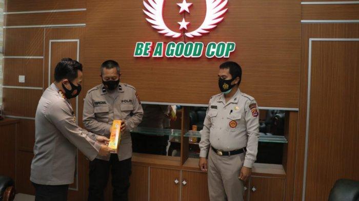 Tingkatkan Imunitas, 1.000 Madu Dibagikan ke Anggota Polisi di Kabupaten Tangerang