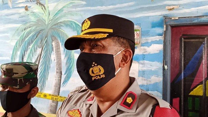 Kapolsek Cilincing Kompol Eko Setio BW di lokasi penyegelan 24 kafe remang-remang, kawasan kolong jembatan RW 08 Kelurahan Cilincing, Kecamatan Cilincing, Jakarta Utara, Senin (22/3/2021).