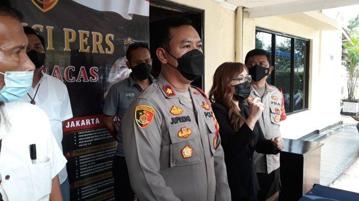 Kapolsek Ciracas Kompol Jupriono saat memberi keterangan terkait kasus pencurian disertai pemberatan di Jakarta Timur, Selasa (12/10/2021).