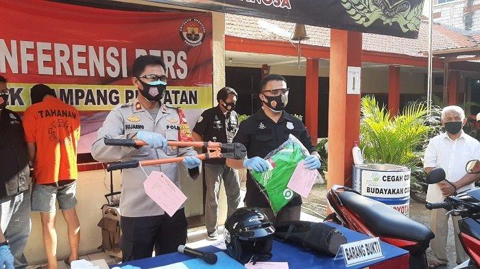 Kapolsek Mampang Prapatan Kompol Sujarwo didampingi Kanit Reskrim Polsek Mampang Prapatan Iptu Sigit Ari saat merilis kasus pencurian kotak amal masjid, Rabu (30/9/2020).