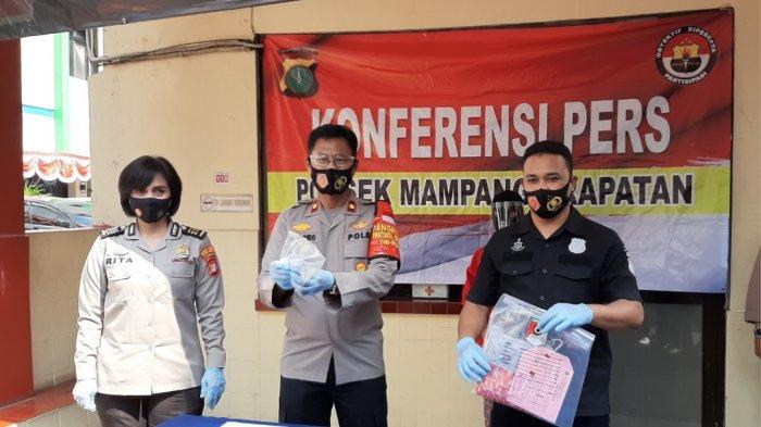 Kapolsek Mampang Prapatan Kompol Sujarwo (tengah) didampingi Kanit Reskrim Polsek Mampang Prapatan Iptu Sigit Ari (kanan) saat merilis kasus pembunuhan, Senin (17/8/2020).