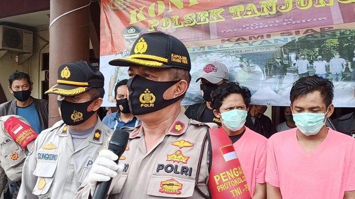 Kapolsek Tanjung Priok Kompol Budi Cahyono memberikan keterangan terkait penangkapan terhadap dua begal, Kamis (10/9/2020)
