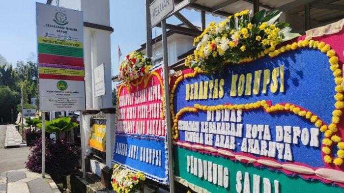 Deretan karangan bunga dukungan di Kejari Depok, Kamis (15/4/2021).