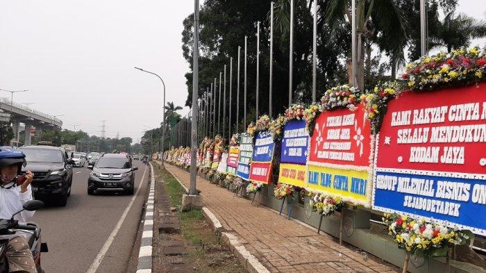 Suasana karangan bunga di depan Makodam Jaya, Kramat Jati, Jakarta Timur, Senin (23/11/2020).