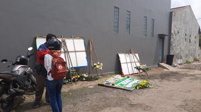 TribunJakarta/Yusuf BachtiarKarangan bunga yang dikirim ke kediaman Kapten Didik Gunardi di Bekasi disingkarkan oleh pihak keluarga, mereka masih berharap ada keajaiban, Senin (11/1/2021)