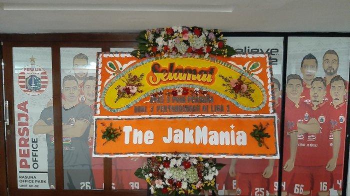 Karangan bunga dari pengurus pusat The Jakmania untuk Persija Jakarta