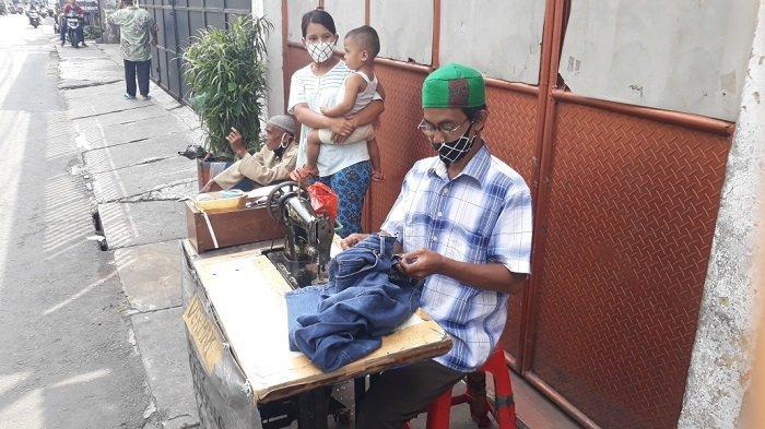 Imbas Corona, Buruh Konveksi Banting Setir Jadi Tukang Vermak Kaki Lima