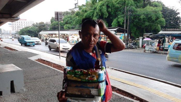 Cerita Karno, Jadi Pedagang Asongan Terlama di Pasar Rebo: Miliki Benjolan di Punggung Sejak Kecil
