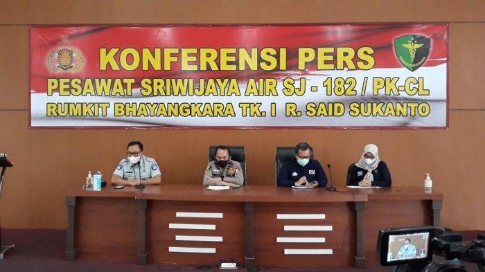 Karumkit RS Polri Kramat Jati Brigjen Asep Hendradiana (kedua dari kiri) saat memberi keterangan, Jumat (22/1/2021).
