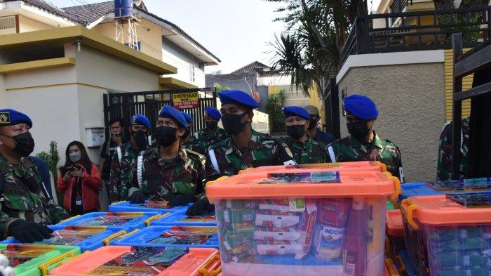 KASAD Jenderal TNI Andika Perkasa memberikan paket sembako kepada warga terpapar Covid-19 yang sedang isolasi mandiri, Kamis (29/7/2021).