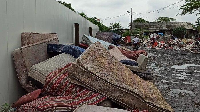 Pascabanjir, Ratusan Kasur Rusak Milik Warga Rorotan Menumpuk di TPS