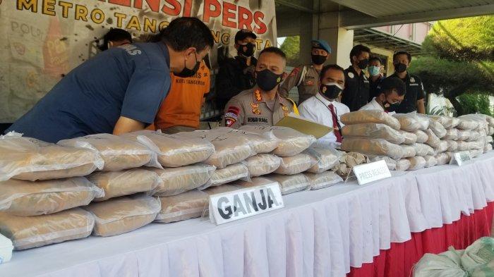 Polres Metro Tangerang Kota mengungkap kasus penyelundupan 65 kilogram narkotika jenis ganja di Tanah Abang, Jakarta Pusat, Selasa (25/5/2021).