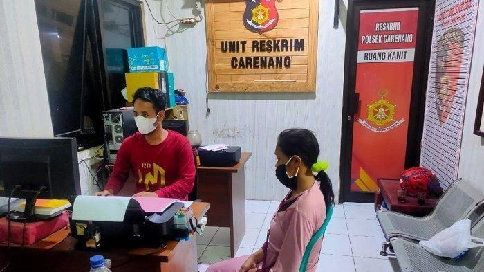 Suk (31) menjalani pemeriksaan setelah melakukan penganiayaan dengan cara menyiram air panas ke suami, Sopan Sopian (38), di Mapolsek Carenang, Kabupaten Serang, Jumat (4/6/2021).