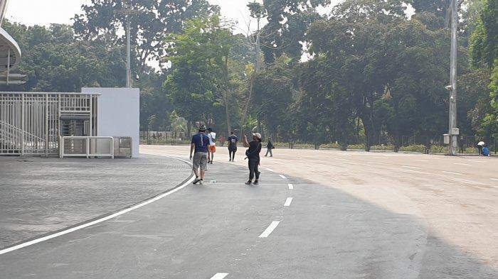 Sejumlah warga tampak tengah jalan santai di sekitar kawasan GBK, Gelora, Tanah Abang, Jakarta Pusat, Minggu (7/6/2020).