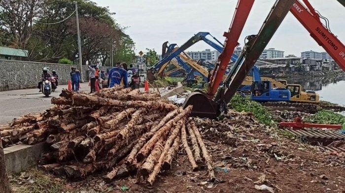 200 Batang Kayu Dolken Disiapkan Penanganan Sementara Tanah Longsor di Jalan Inspeksi Waduk Pluit