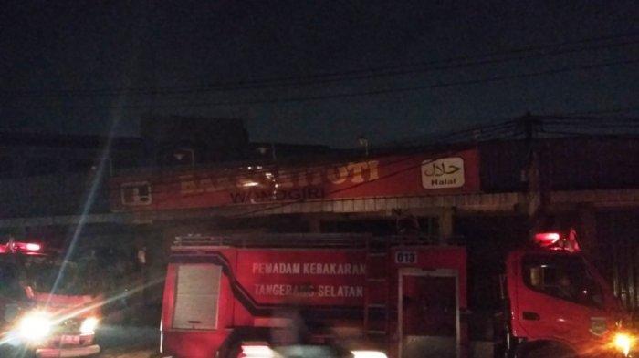 Percikan Apil Keluar dariMesin Genset, Gerai Bakso Titoti di Tangerang Selatan Terbakar