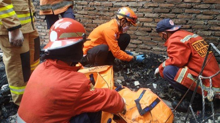 Petugas Damkar dan Kepolisian melakukan evakuasi pasca-kebakaran rumah di Cimuning, Mustikajaya, Kota Bekasi, Rabu (6/1/2021).