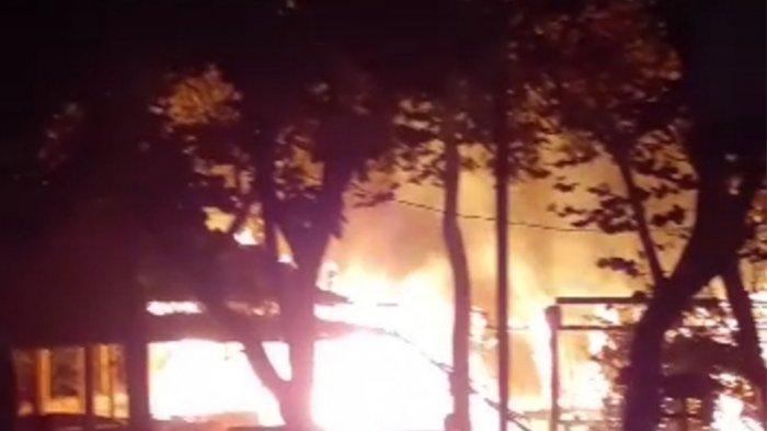 Si Jago Merah Berkobar Hebat di Saung Sangga Buana Lebak Bulus, Satu Motor Hangus Terbakar