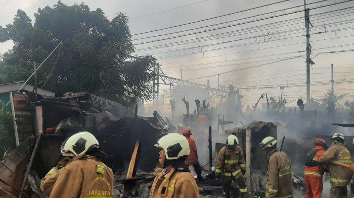Personel Damkar Jakarta Timur saat proses pemadaman rumah yang terbakar di Jatinegara, Selasa (23/2/2021)
