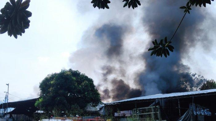Si Jago Merah Hanguskan Gudang Tenda & Properti di Depok, 4 Jam Api dan Asap Tebal Masih Membumbung