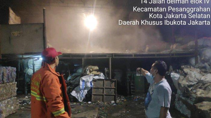 Gara-gara Main Petasan di Malam Hari, Gudang Lapak di Pesanggrahan, Jaksel Hangus Terbakar