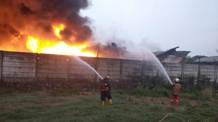 Pemadam Kebakaran Kewalahan Jinakan Api di Pabrik Tangerang, Sampai Malam Masih Belum Padam