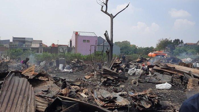 Kebakaran di pemukiman pemulung di Jalan Prof. Moh. Yamin, Kecamatan Bekasi Timur Kota Bekasi, Minggu (1/8/2021).