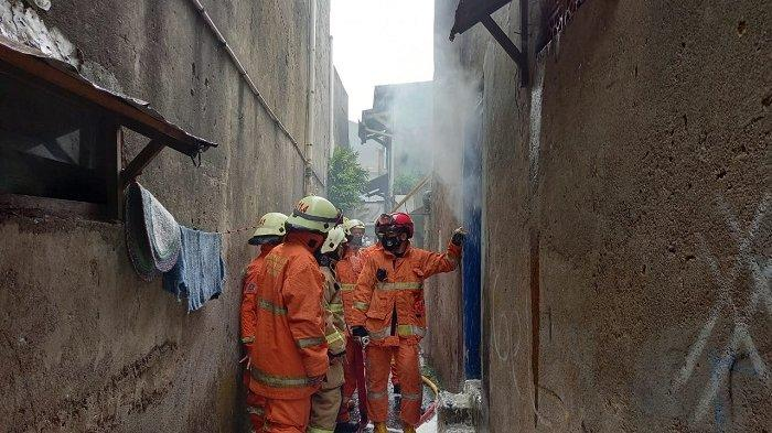 Diduga Korsleting Listrik, Rumah Dua Lantai di Pesanggrahan Jakarta Selatan Terbakar