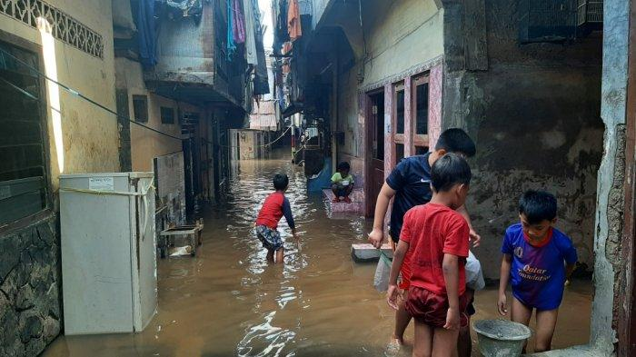 Update Banjir di Kebon Pala Jaktim: Ketinggian Air 130 Cm, Warga Pilih Mengungsi Lagi