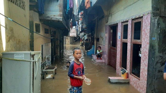 Banjir di RW 4 dan RW 5 Kebon Pala, Kelurahan Kampung Melayu, Jatinegara, Jakarta Timur, Minggu (21/2/2021).