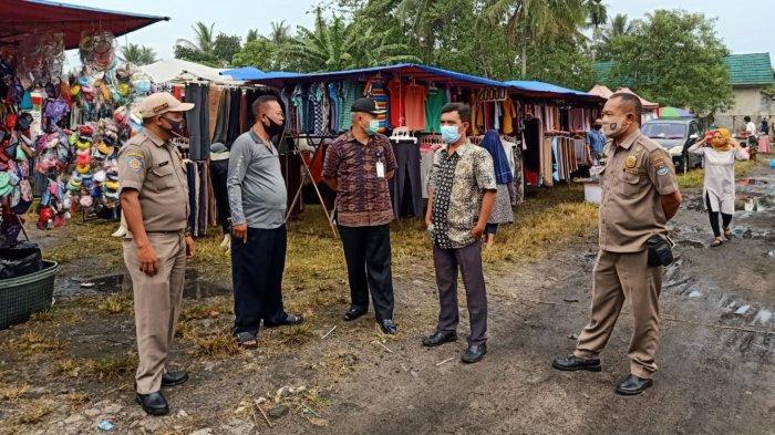 Kecamatan Cisoka menutup sementara pasar malam dan pasar kaget di bilangan di perumahan Surya Jaya, Desa Cempaka, Kecamatan Cisoka, Kabupaten Tangerang, Jumat (11/9/2020).