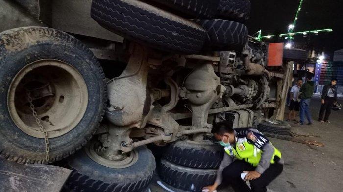 Seorang Pemotor Tewas Tertimpa Truk Terguling di Serpong Utara