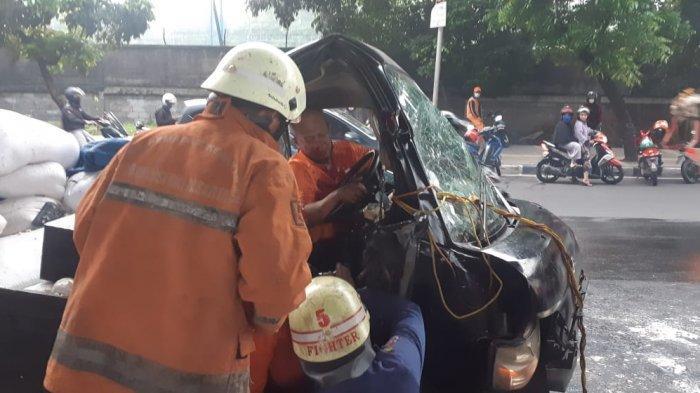 Mobil Bak Ringsek Tabrak Separator Busway di Pulogadung, Sang Sopir Terjepit karena Ngantuk