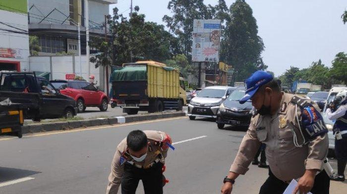 Kecelakaan maut antara sepeda motor dan truk di Jalan Daan Mogot, dekat pusat niaga terpadu, Kecamatan Batuceper Kota Tangerang sekira pukul 12.00 WIB, Senin (19/4/2021).