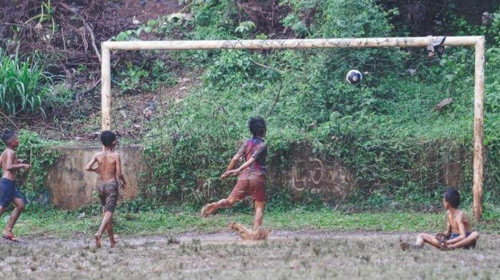 Keceriaan anak-anak bermain sepak bola yang diunggah bintang Persija Jakarta Marco Motta.