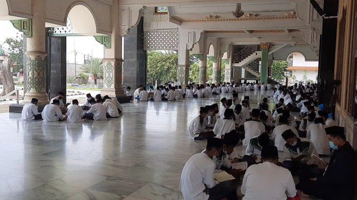 Kegiatan santri Pondok Pesantren Attaqwa Putra Ujung Harapan, Bahagia, Kecamatan Babelan, Kabupaten Bekasi saat bulan suci Ramadan 1442 Hijriyah.