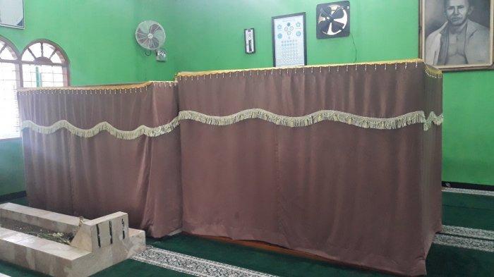 Dua kelambu yang menutup makam Habib Ahmad bin Alwi Al Haddad dan dan Habib Abdullan bin Ja'far Al Haddad pada Rabu (14/4/2021).