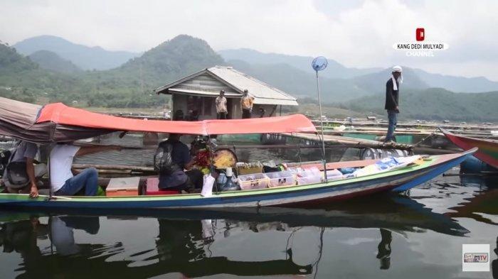Pandemi: Kuli Bangunan Buat Warung di Tengah Waduk Jatiluhur, Keliling Pakai Perahu Cari Pembeli