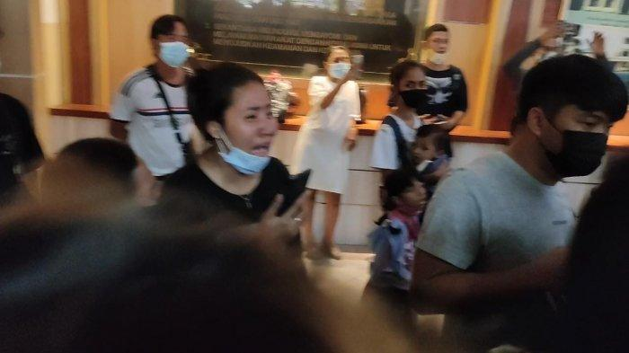 Tangisan histeris mewarnai konferensi pers di Mapolres Metro Jakarra Utara, Senin (10/5/2021), terkait penangkapan 11 debt collector yang mengepung anggota TNI Serda Nurhadi.