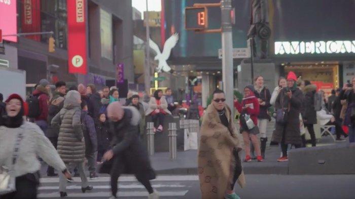 Tak Malu Lakukan Ini di Lampu Merah Times Square, Gen Halilintar Jadi Bahan Tertawaan Warga New York