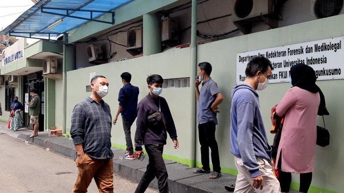 Keluarga korban kebakaran di Matraman menunggu jenazah di Rumah Duka RSCM, Jakarta Pusat, Kamis (25/3/2021).