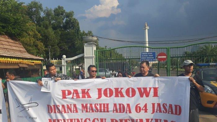 Aksi di Depan Istana Negara, Keluarga Korban Lion JT610 Sampaikan Aspirasi Soal Evakuasi Lanjutan