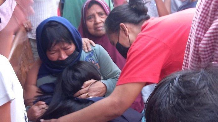 Keluarga korban tak kuasa menahan kesedihan ketika jasad korban tawuran tiba di rumah duka, Johar Baru, Jakarta Pusat, Senin (16/8/2021).