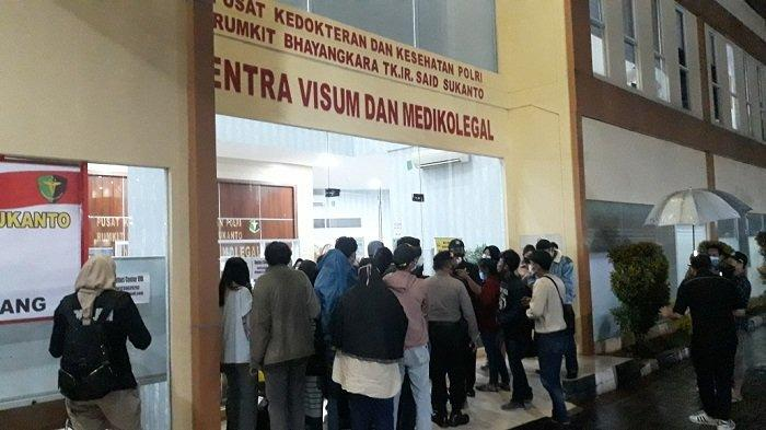 Anggota keluarga korban tewas kebakaran Lapas Kelas 1 Tangerang yang datang ke posko antemortem di RS Polri Kramat Jati, Jakarta Timur, Rabu (8/9/2021).