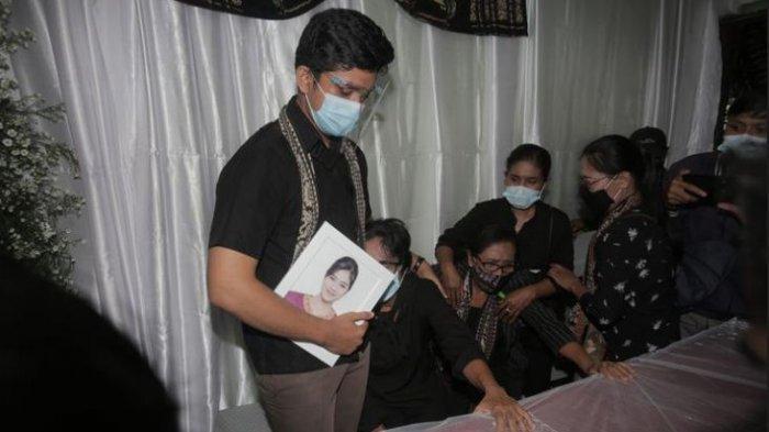 Jenazah Pramugari Sriwijaya Air Mia SJ-182Trestyani di Rumah Duka, Keluarga Besar Sudah Ikhlas